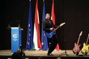EU-s dal: Fidesz kotta, Gyurcsány játszik