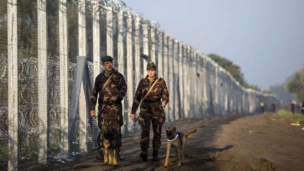 Járőröznek a katonák a kerítés mellett fotó: hir24.hu